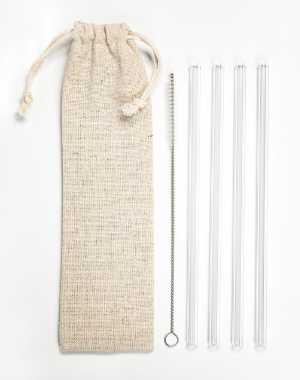 small linen bag next to four reusable glass straws and a little cleaning brush